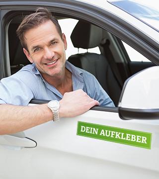 Mann schaut aus Autofenster mit Autobeklebung